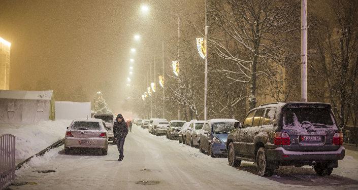 Автомобили в центре Бишкека. Архивное фото