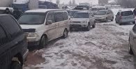 Автомобили застрявщие из-за сошедсих лавин на трассе Бишкек — Ош. Архивное фото