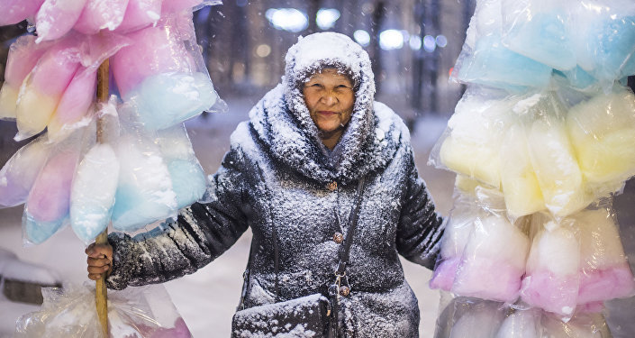 Работа фотожурналиста Sputnik Кыргызстан Табылды Кадырбекова Продавщица сладкой ваты