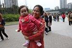 Бала көтөргөн Пекин шаарынын тургуну. Архив