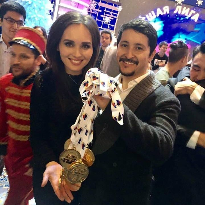 Капитан команды Азия MIX Эльдияр Кененсаров с супругой Камилой Абдил на финальной игре Высшей лиги КВН