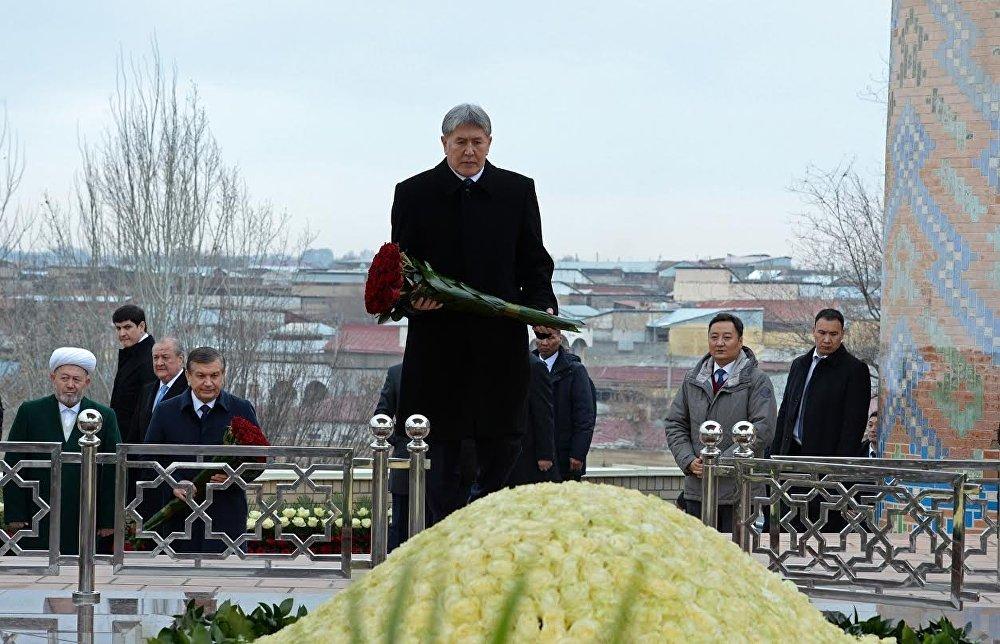 Президент Алмазбек Атамбаев Өзбекстанга иш сапары менен барып, Ислам Каримовдун мүрзөсүнө гүл койду