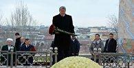 Президент Кыргызстана Алмазбек Атамбаев во время возложения цветов к могиле Ислама Каримова в Самарканде в ходе рабочего визита в Узбекистан