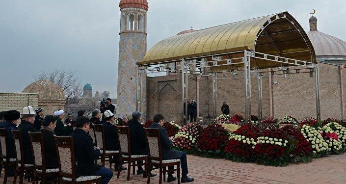 Алмазбек Атамбаев Өзбекстандын президенти Шавкат Мирзиёев менен жолугуп, Каримовдун мүрзөсүнө барып куран түшүрдү.