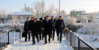 Премьер-министр Сооронбай Жээнбеков во время ознакомления с проектом моста