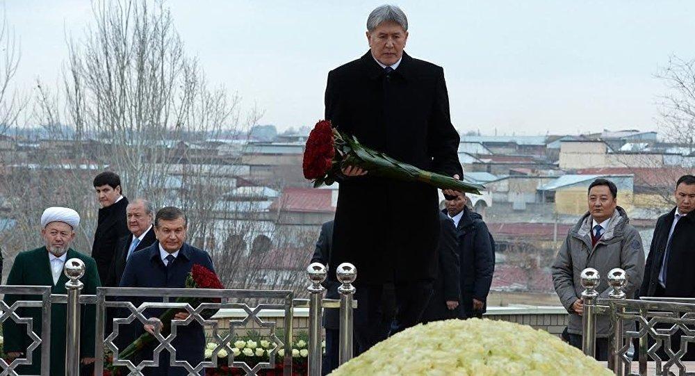 Алмазбек Атамбаев маркум Ислам Каримовдун мүрзөсүнө гүлчамбар койду