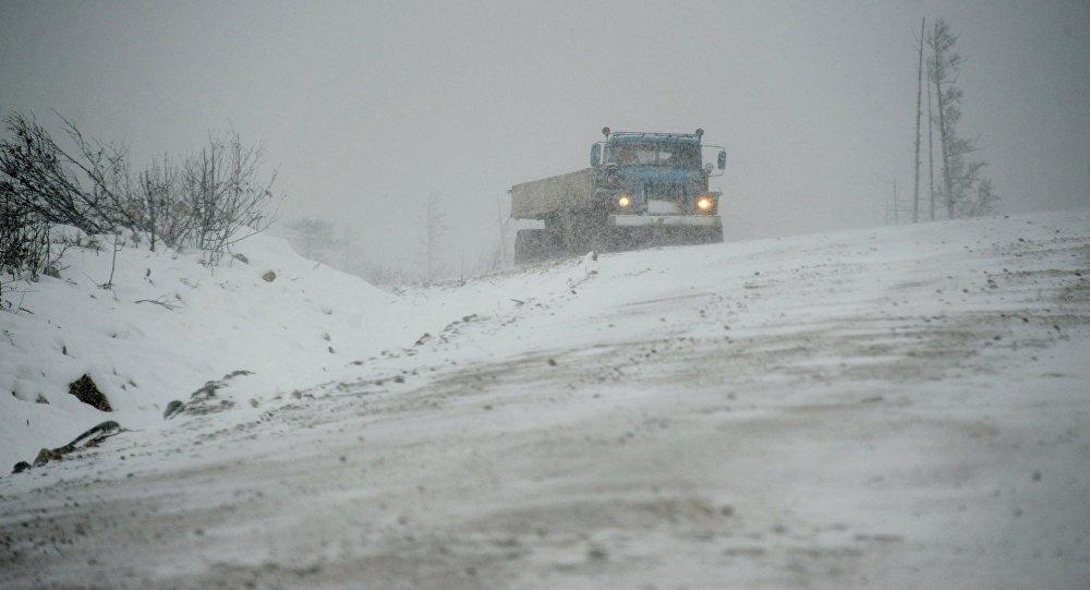 Напосту «Сосновка» застряли 250 машин. Снежные лавины нагорных трассах