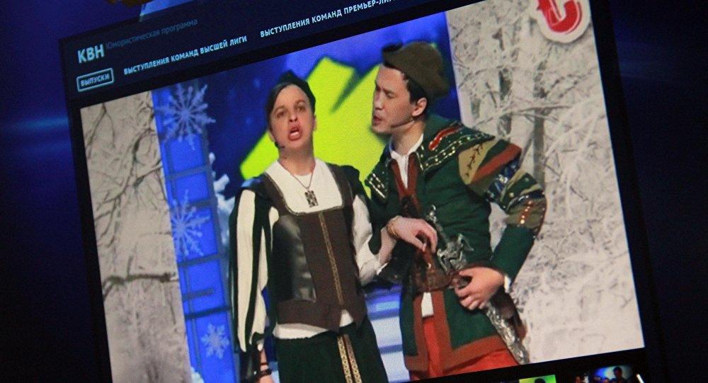 Россиянын Биринчи каналынын сайтында КВНдин Жогорку лигасынын финалдык оюнунун видеосунан тартылып алынган кадр