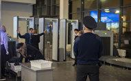 Сотрудник аэропорта в зоне контроля безопасности. Архивное фото