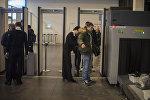 Мужчина проходит зону контроля безопасности в аэропорту. Архивное фото