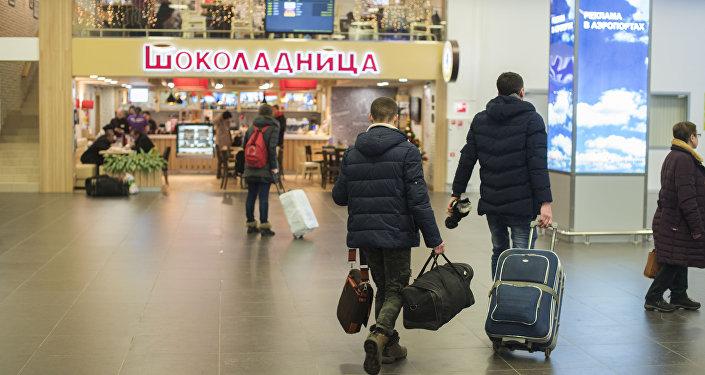 Пассажиры в междурнародном аэропорту Жуковский в Москве. Архивное фото