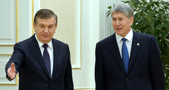 Кыргызстандын президенти Алмазбек Атамбаев жана Өзбекстан өлкө башчы Шавкат Мирзиёев. Архивдик сүрөт