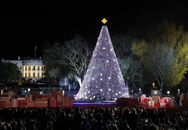 Президент США Барак Обама выступает на церемонии зажжения Национальной рождественской елки у Белого дома в Вашингтоне