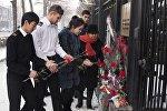Кыргызстанцы несут цветы в посольство России в Бишкеке в память о погибших во время крушения самолета Минобороны РФ