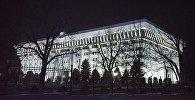 Освещенное здание Жогорку Кенеша в центре Бишкека. Архивное фото