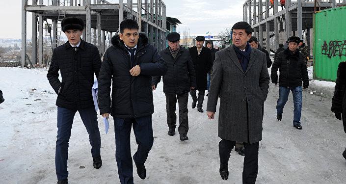 Биринчи вице-премьер Мухамметкалый Абулгазиев кыргыз-казак чек арасындагы өткөрүү пункттарын кыдырды