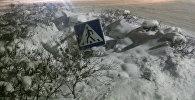 Поврежденный месяц назад в результате ДТП дорожный знак на пересечении улиц Боконбаева — Раззакова