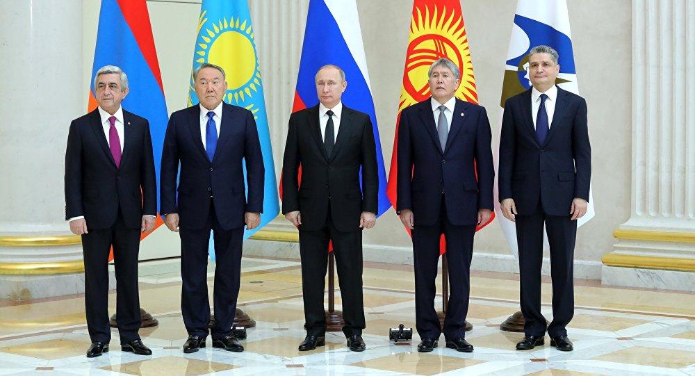 Церемония совместного фотографирования глав Высшего Евразийского экономического совета (ВЕЭС) перед заседанием в Санкт-Петербурге.