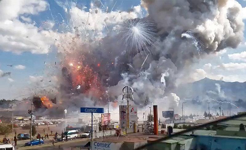 На рынке пиротехники Сан-Паблито в мексиканском городе Тультепек произошел взрыв, который уничтожил 290 торговых точек. Жертвами трагедии стали более 30 человек, около 60 были ранены, несколько человек считаются пропавшими без вести
