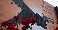 Цветы в память о погибших в авиакатастрофе Ту-154 в Сочи на площади Ленина в Симферополе.