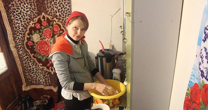 Айылдын таза абасы менен тынч жашоосуна суктанган латыш келин кыргыз элинин салт-санаасын өздөштүргөн сайын Кыргызстанга болгон сүйүүсү күчөп жатканын билдирди
