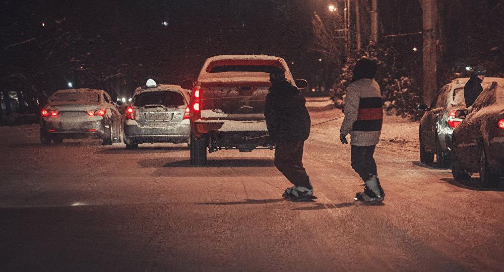 Бишкектин көчөлөрүндө муз тээп жүргөн сноубордчулар