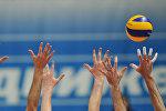Волейболисты во время игры. Архивное фото