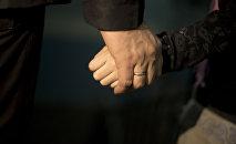 Мужчина прижимает руку ребенка. Архивное фото