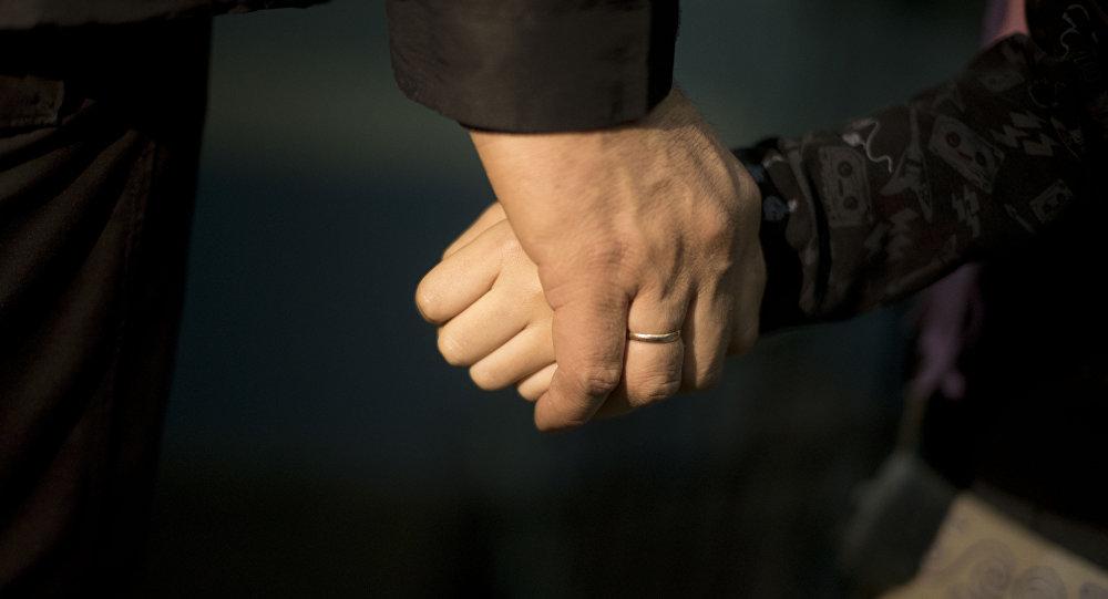 Мужчина прижимает руку. Архивное фото