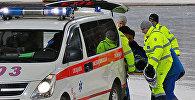 Сотрудники скорой медицинской помощи с пострадавшим в Казахстане