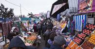 Центральный рынок села Сокулук Чуйской области, где сотрудники отдела Госантимонополии, Госэкотехинспекции, Санэпидемстанции и органов местного самоуправления провели рейд