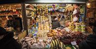 Продажа продуктов питания на одном из рынков Бишкека. Архивное фото