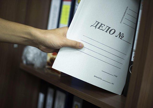 Мужчина достает папку Дело № из полки. Архивное фото
