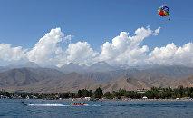 Отдыхающие на озере Иссык-Куль. Архивное фото