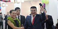 Ош шаарынын мэри Айтмамат Кадырбаев былтыркы жылдагыдай студенттерге галстугун, кол саатын, чөнтөк телефонун жана портфелин белек кылды