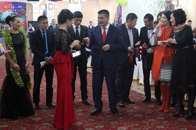 Мэр Оша Айтмамат Кадырбаев подарил студентам свои галстук, часы, телефон и портфель во время молодежного новогоднего бала в Оше