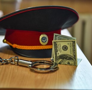 Милиция кызматкеринин баш кийими жана акча. Архивдик сүрөт