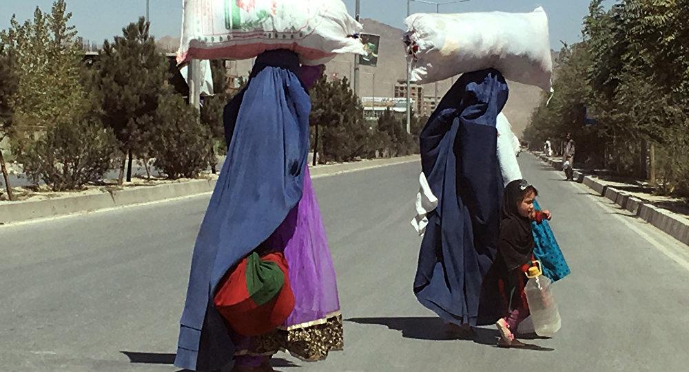 Афганистан: базарга күйөөсү жок барган аялдын башы алынды