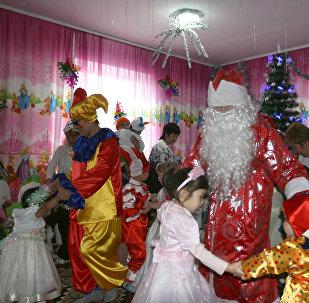 Военнослужащие авиационной базы ОДКБ Кант на новогоднем утреннике в Республиканском специализированном доме ребенка города Токмока