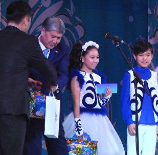 В Национальной филармонии имени Токтогула Сатылганова состоялась президентская новогодняя елка с участием Алмазбека Атамбаева.