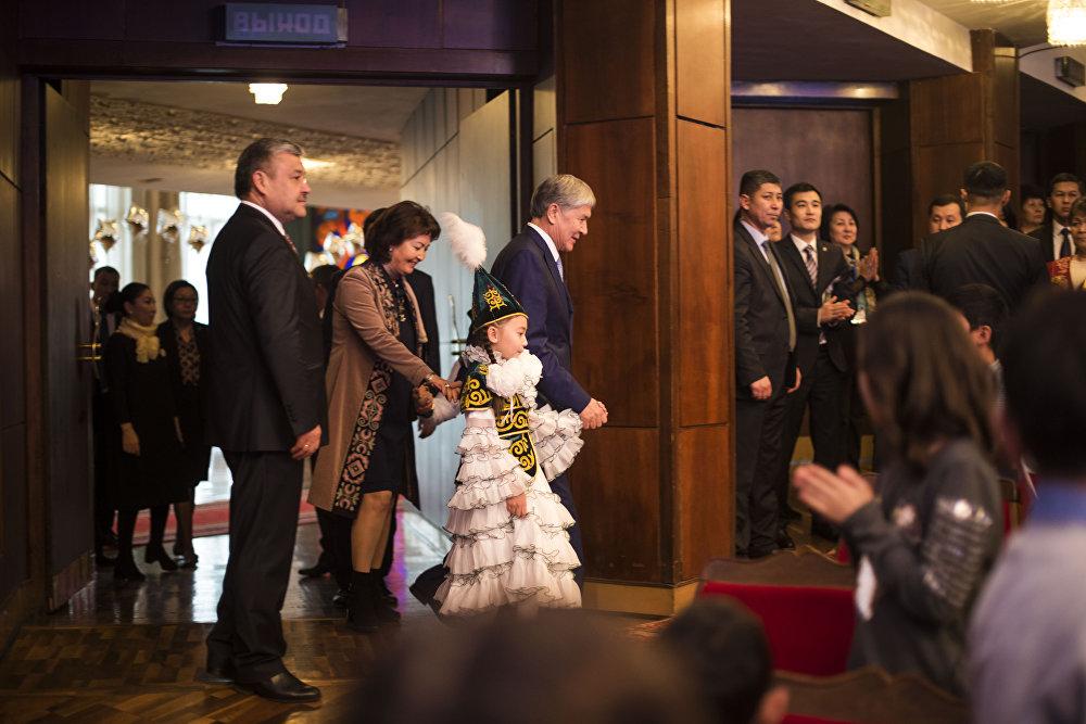 Президент жаш кыргызстандыктар менен балаты салтанатына кирип бара жатат