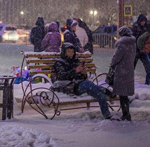 Горожане на площади Ала-Тоо во время снегопада. Архивное фото