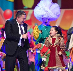 В Кыргызской национальной филармонии имени Токтогула Сатылганова прошло праздничное новогоднее представление для школьников Бишкека с участием мэра Албека Ибраимова