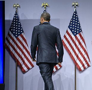 Архивное фото президента США Барака Обамаа возле государственного флага.