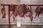 Туши говядины на одном из рынков Бишкека. Архивное фото