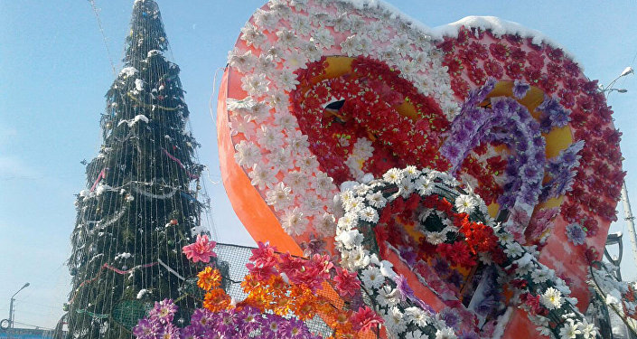 Новогодняя елка на центральной площади Джалал-Абада