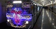 Новогодний поезд Московского метро, украшенный гирляндами и еловыми ветками