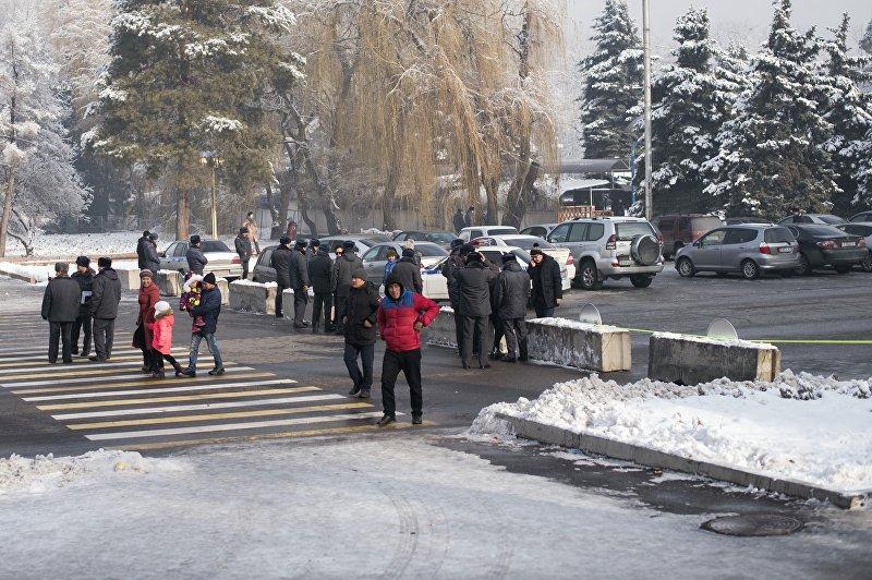 Сотрудники столичной патрульной милиции на возле перекрытой улицы на проспекте Чуй