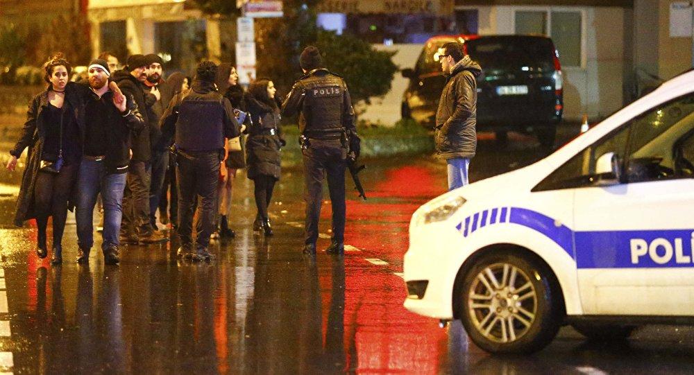 Сотрудники полиции и пострадавшие на месте нападения на ночной клуб в Стамбуле. Архивное фото