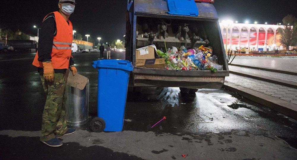 Уборка мусора с площади Ала-Тоо в Бишкеке. Архивнео фото